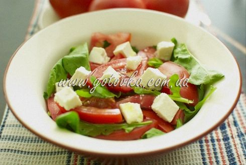 Салат с рукколой, помидорами и фетой