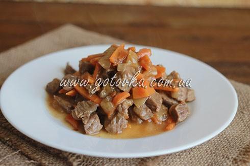 телятина тушеная с луком и морковью