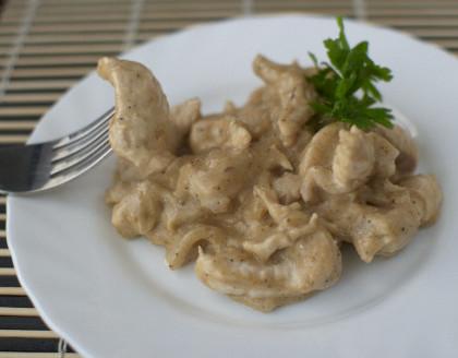 Бефстроганов  из куриного филе со сметанным соусом