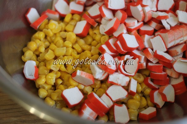 крабовые палочки и кукуруза