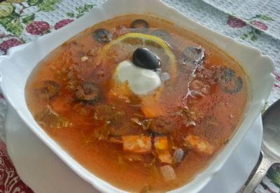 солянка с колбасой в тарелке